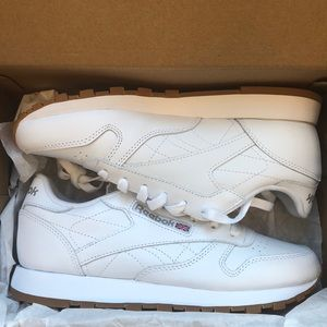 BRAND NEW PAIR OF REEBOK CLASSICS !!